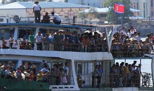 朝鲜国庆日建国乘船66周年纪念日中国新义州民众游览游戏丹东朝鲜玩法砸沙包迎来景色图片