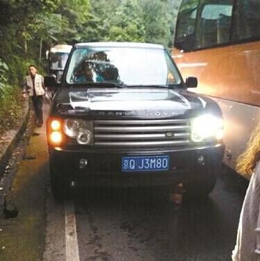 北京牌照的路虎游客暴打发生剐蹭峨眉山观光车司机