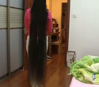 女子留发20年有多长?女子留发20年怎么洗头发的?图片