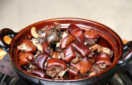 哪种人不能吃狗肉_每年的夏至节是玉林的荔枝狗肉节,广大玉林人欢聚各大酒家,大排档,地