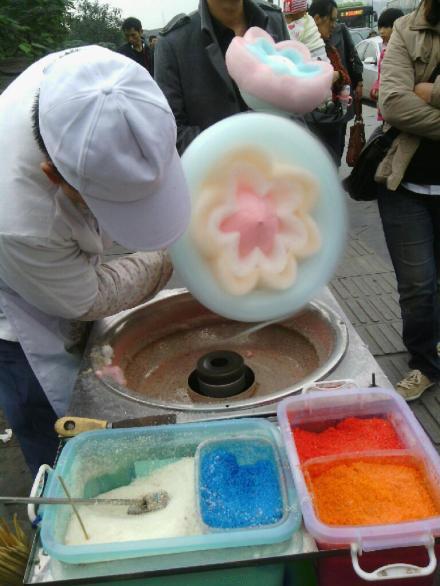 街头行走的艺术 甜舔嘴花式棉花糖
