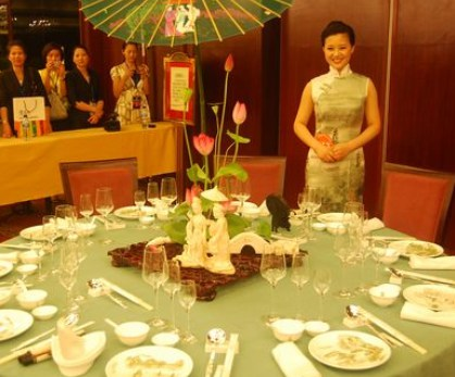 中餐宴会摆台标准-仪表仪容 按规定着装,戴正工号牌,面容整洁,女服务图片