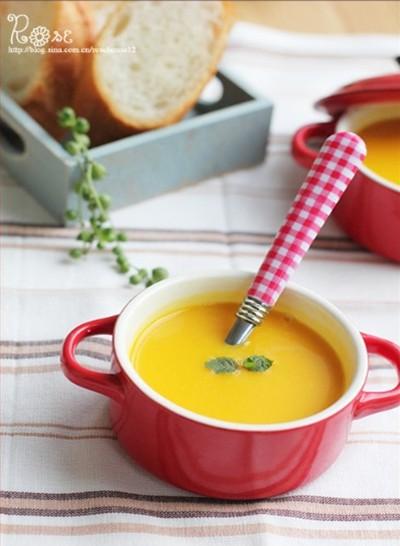 大口享用营养丰富的南瓜浓汤