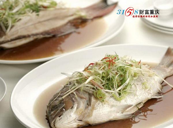 无论是高考前还是在高考的时候,都需要大量的用脑,而保健品吃了对身体不好。因此,许多家长非常的关注食补这一问题,那到底吃什么食物才是最补脑的呢?  大头鱼清蒸 最补脑的鱼类。俗话说得好,男人吃鱼长寿,女人吃鱼美容,小孩吃鱼聪明!  红枣中也含有非常丰富的维生素、蛋白质和微量元素等等,是补气血的最佳食物!  还有蜂蜜和核桃,其中的核桃被中医认为性味甘温,具有补气养血、温肺通便等功效,也是被人们认为是最佳补脑食品! 更多高考补脑食物 原文:http://cq.