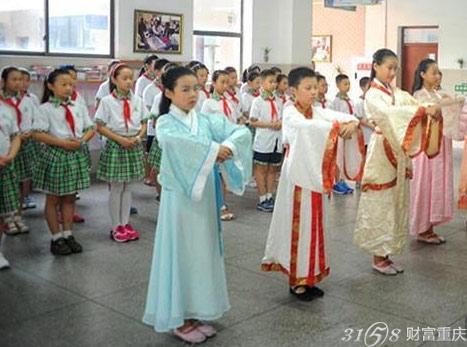 重庆小学生着汉服向老师行礼