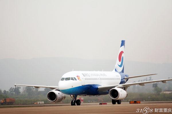 据了解,本航季国内航线新开通昌都、稻城、芒市、柳州、通辽、锡林浩特、襄阳、延吉、扬州等新航点。而且还加密了国内的主要干线、东南沿海地方及高原航线。重庆飞往上海每天为25班,同比增加了2班。而重庆到广州每天为25班,重庆到三家每天13班,飞往深圳也达到了每天21班,重庆到拉萨每天9班,到乌鲁木齐每天11班。而航空公司推行的换季出行计划不少地方都有优惠,包括飞往昆明只需要127元。 本航季,重庆机场的国际客运航线同比增长了63%,每周达到135条,新增重庆到大阪、清迈、金边等航线,重庆机场还加密了重庆到香港