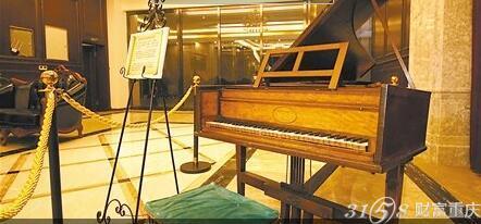 """十年耗费""""琴痴""""一亿多元 收藏300余架古钢琴图片"""
