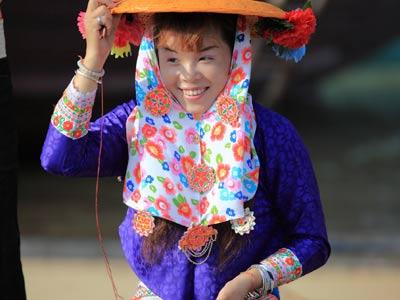 追溯起惠安女的服饰渊源,据说是上个世纪初,她们戴的十多公斤重的
