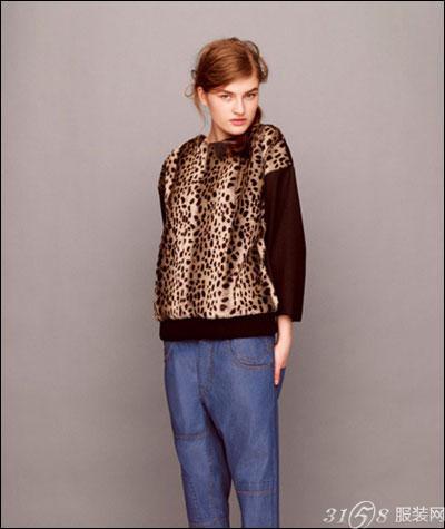 女装 搭配 秋季/这样的搭配组合也别有一番风范,黑方块点缀的枣红色套头上衣,...