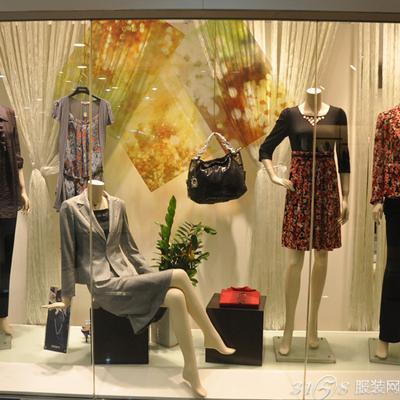 服装店橱窗陈列的道具玄机图片