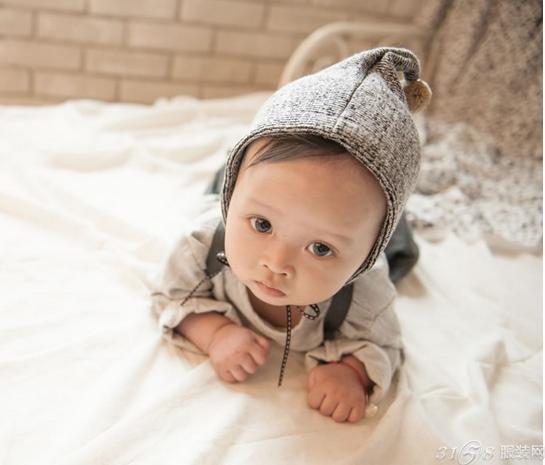 帮新生儿穿衣步骤图