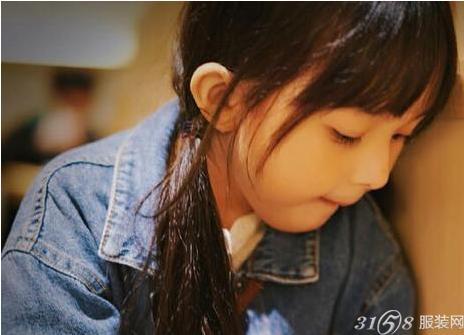 而刘楚恬吃东西的照片更是萌化了众网友