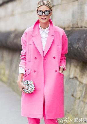 粉红色大衣如何搭配_粉色大衣搭配示范 看时尚博主如何玩转时尚?