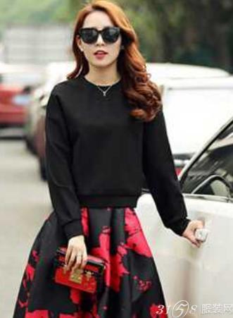 胖女孩冬季穿衣搭配图片:黑色卫衣+a字半身裙-胖女孩春季穿衣搭配