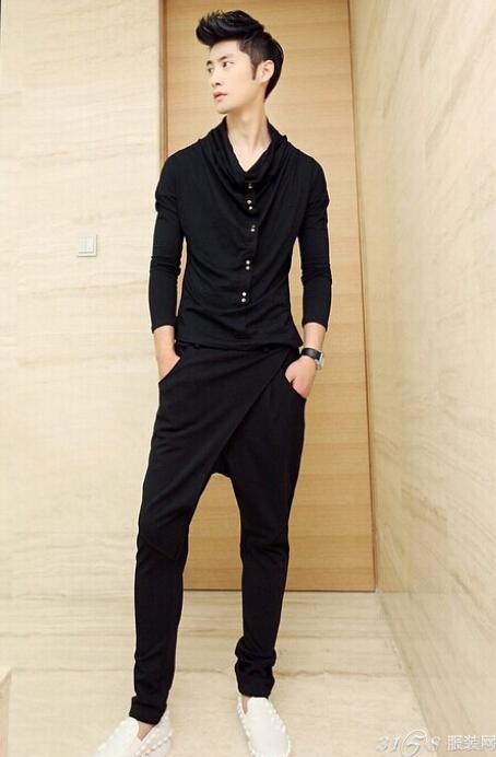 夏季男士服装怎么搭配更时尚一:灰蓝色纯T恤+水洗的破洞牛仔裤-夏