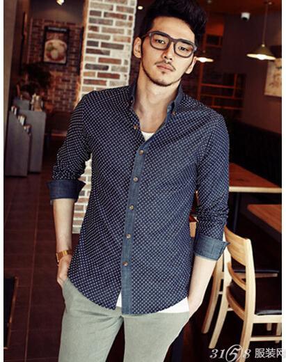 男士衬衫怎么搭配更好看、深蓝色衬衫+格子休闲裤-男士衬衫怎么搭配
