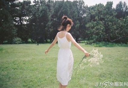 谭松韵最新写真曝光 穿白色连衣裙甜美清纯