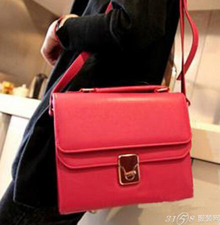 红色包包配什么颜色衣服?