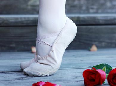芭蕾舞平底鞋配什么衣服好看