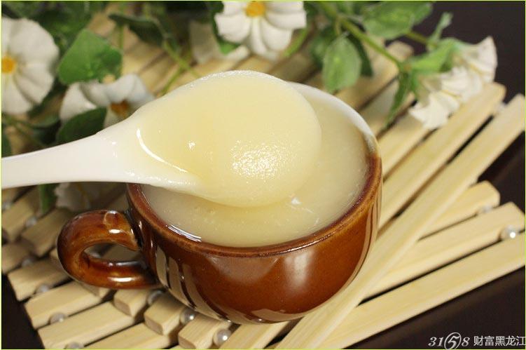 椴树蜜是蜜蜂从中国东北独有的野生椴树花中所采集