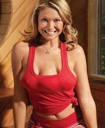 美国21岁女子整形装第三乳