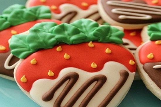 将精美的手工装饰放在蛋糕上