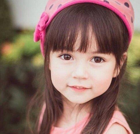 这位泰美混血小萝莉拥有大眼睛,可爱的脸蛋,网友们都纷纷赞扬:萌翻天
