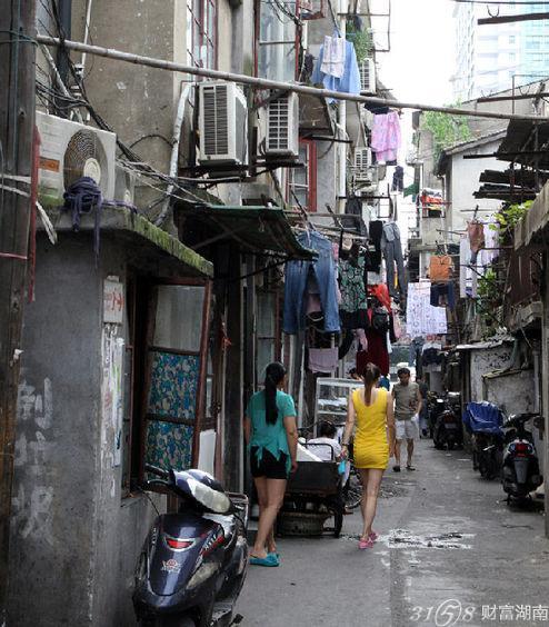 像这样的旧区老弄堂,在上海还有许多,也有站街女做生意但却不如虹镇老