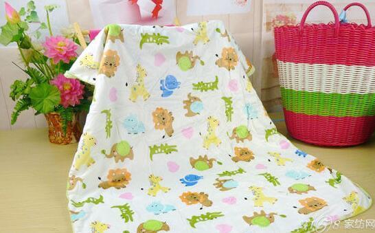 婴儿毛毯哪种材质好1:毛毯款式种类繁多,按使用原料差异可分为全毛毛毯、纯化纤毛毯、混纺毛毯,按加工方法可分为机织毛毯和针织毛毯,按毯面图案构成可分为提花毛毯、道毯、印花毛毯、格子毛毯、素毯等。随着人们对于高品质生活方式追捧,婴儿毛毯由于其舒适度、保温性、透气性等特点,深受妈妈们的喜爱和追捧,婴儿毛毯材质包括:羊毛、兔毛、马海毛、驼绒、羊绒、牦牛绒等动物纤维,也有一些动物纤维与化纤混纺为原料制成。 婴儿毛毯哪种材质好2、涤纶(polyester, dacron, terylene): 涤纶是合成纤维中的一