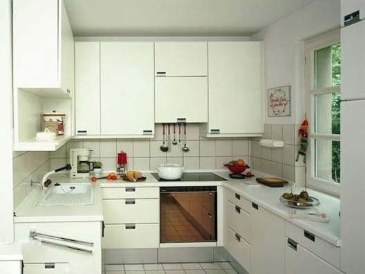 U型橱柜效果图五 小编有话说:U型橱柜大多出现在大空间的厨房空间,往往营造出大气的空间感。原来,小厨房也可以选择U型橱柜,只要够利落够紧凑,空间自然宽敞。厨房整体选择了白色,白色瓷砖加上白色的整体橱柜,统一的色调让空间显得开阔。同时橱柜强大的收容空间也是保证小空间厨房看起来干净整洁的必要元素,一切都是那么井然有序。