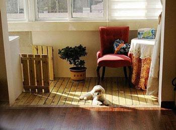 在家居阳台上铺装防腐木地板