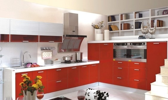 设计思路:从橱柜到厨房,整体橱柜离整体厨房的概念还有一定的距离,厨房中应用的产品还不配套,因为没有达到高度标准化,有些设施之间还不能兼容。 整体厨房代表了不同的设计理念、服务品质和生活质量,既考虑 到墙、顶、地、门窗、灯光,又包括里面使用的家具及电器设备,是一个更广阔的概念。