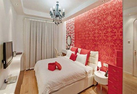婚房装修效果图三:卧室以白色作为底色,背景墙一块红色比较突出,窗帘