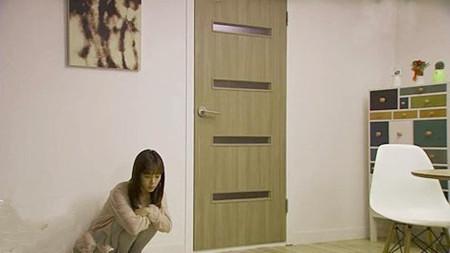 女主角卧室  韩剧复式公寓效果图十一 女主角卧室的装饰,是温馨、可爱的田园格调,特别是背景墙,使用了两款不同颜色不同花纹的甜美墙纸。卧室入门处的墙壁拜访了梳妆镜和书桌,皆为原木色。 简单收纳  韩剧复式公寓效果图十二 平行与床的另一侧墙壁。拜访了几款十分简约并轻质的书架。