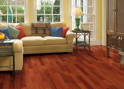 下面简单介绍木地板安装后检查装修质量的四个步骤: 木地板安装验收步骤一,关于安装地板的宽度 一般地板宽度超过六千毫米的时候,装修就要留出一条伸缩缝隙,因为木地板会在日常中出现热胀冷缩的现象,这样就可以保证有足够的空间。那么为了保证安装地板的质量和美观,一般都会在地板铺设到门口的时候安装一条渡条。 木地板安装验收步骤二,划线、打木楔洞 在请专业的装修公司在木地板的安装过程中,都会备有桐油木楔,然后对铺设地板的地面进行详细的测量,然后在需要铺设的地面画好小格子进行铺设。用电锤在实木地板的垄骨上合理的打洞,一