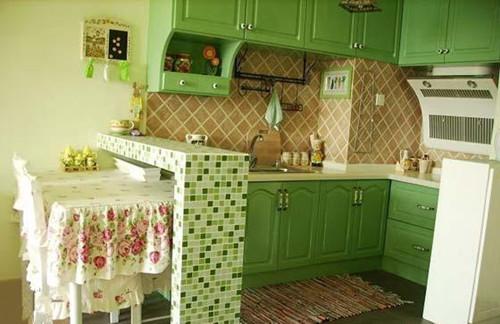 田园风格沙�_餐桌的造型也非常讨喜,一点点的装扮出了清新美丽的厨房田园装修风格.