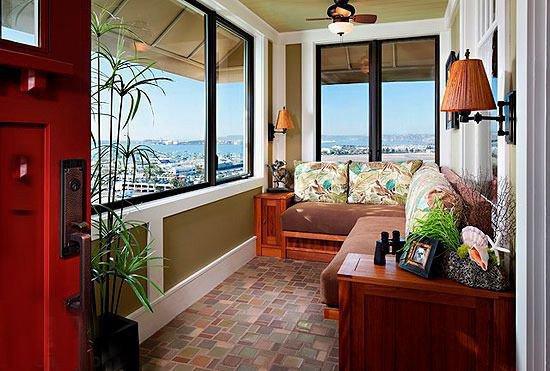 在客厅装修中设置一个客厅阳台位置,不仅能增加客厅的光亮度,且美观大方,是现代很多客厅装修采用的方式.除此之外,客厅阳台可以装饰装修的方式多样,在客厅阳台赏绿化设计,或者是在阳台上摆放一把藤制椅子,以便悠闲地欣赏风景,或者是在客厅的阳台上摆设设计时尚的柜子来收纳物品。3158家居网推荐几款实用兼具美感的2013年最新一客厅阳台装修效果图。