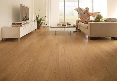 颜色深浅,木材纹理也不会相同,故橡木地板客观上存在色差和花纹不均