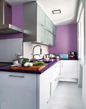 象牙白的烤漆整体橱柜门板搭配木质台面,给巧克力色调的小厨房里注入