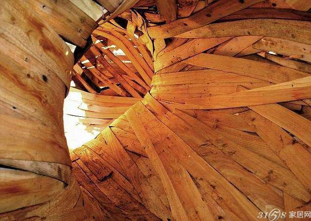 据英国《每日邮报》7月13日报道,英国AA建筑学院的三名学生在英国多赛特郡胡克公园建造了一个巨型木茧,乍看上去像是巨型昆虫在树木间筑的巢。不过, 实际上这只是一个造型奇特的树屋,其被麻绳栓在离地2米的树木之间。这种生态友好型树屋的材料来自于公园内前几天被砍伐的雪松木。