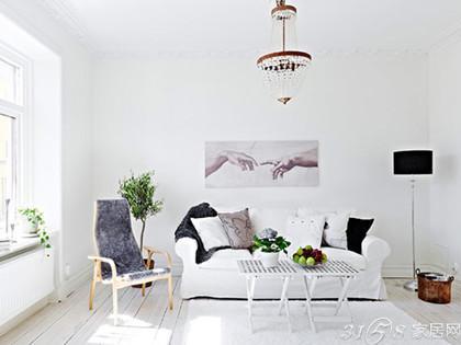 玄关看过来就是客厅,客厅装修设计很简单,白色的墙面,沙发,地毯构成图片