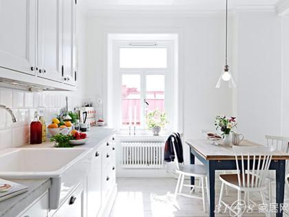 北欧风格公寓装修案例欣赏  整个厨房白色干净简洁,白色的橱柜从外形