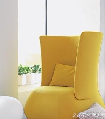 柠檬黄色落地灯与墙面中柠檬黄色的叶子图案相互呼应,和紫色的地毯