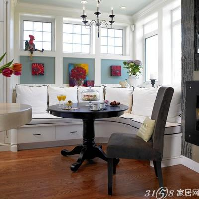 将此处打造成一个小小的会客室,飘窗台面上铺上垫子,就可以当做沙发了图片