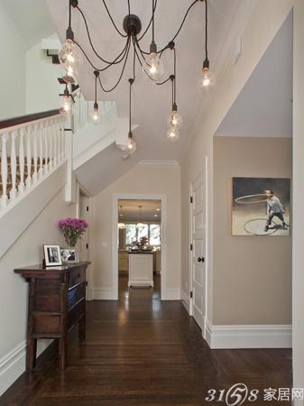 深色的地板与乳白色的墙壁形成了强烈的对比,而白色的踢脚线同木门