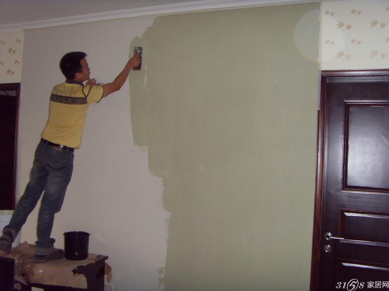 1、全面检查二手房内需要刷漆的水泥墙面是否坚实、平整。如果墙面的抹灰层不够结实或者存在大的裂缝和孔洞,建议重做。个别孔洞如自己修补,可使用石膏填补。 一般不建议在厨卫刮腻子刷涂料,最好贴瓷砖。 检查墙面平整的方法:找个坚硬点的物体(如钥匙、螺丝刀等),在墙面划一划,看看是不是掉渣。查找裂缝和孔洞没什么捷径,唯有细心+耐心。 2、处理墙面时会有粉尘,而且难免会有腻子、涂料或其他胶水滴落,所以一定要提前做好对房间内已有装修成品的保护工作。 3、确保墙面坚实、平整,用钢刷或其他工具清理墙面,使水泥墙面尽量无浮
