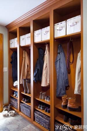 一字形的玄关衣帽柜利用上面的开放式收纳柜和底部的鞋柜,高清图片