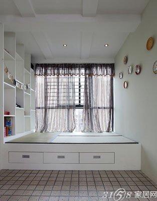 阳台地台装修效果图二 若是居室面积小,一般都不设有单独的书房或工作间,如果把阳台与居室打通,阳台地台就可以成为崭新的书房而加以利用了。在靠墙的位置装上层层固定式书架,再放上一张小巧的书桌,一个独立的区域就营造出来了。
