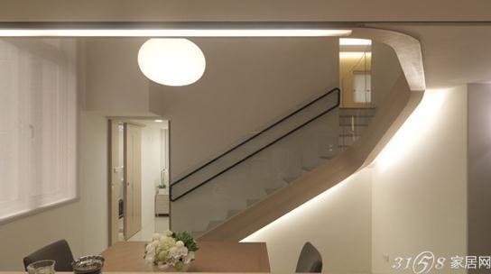 家装 >  装修案例 挑高复式装修案例  外形硬朗的楼梯,立体黑色扶手和图片