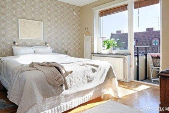 欧式卧室装修效果图四:这款效果图带给人们一种十分舒适的感觉,淡棕色的地板和同色系的壁纸完美的配合,壁画的选择,也是一大亮点。开放式的阳台,也为卧室的整体效果加分。人们可以在暖暖的阳光下,感受卧室带给人们的舒适感。